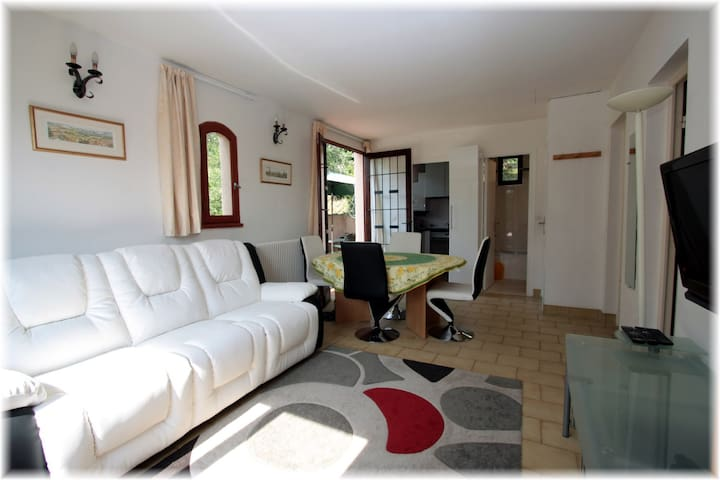 Peaceful 2 bedroom apartment,heated pool & parking - Gorbio - Apartemen