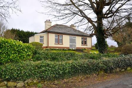 Árdain, cottage with garjwuewy  m - Kiltimagh