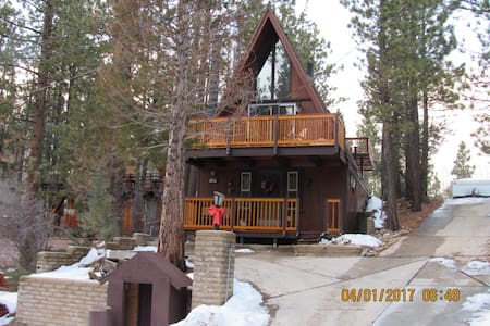 Rainbow's Edge - 3 Level Cabin w/Decks, Sleeps 5! - Big Bear