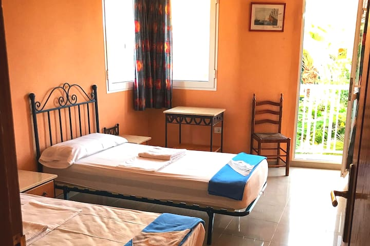Twin bedroom with shared WC in a spacious Villa