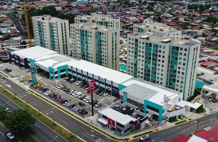 El condominio cuenta con un Centro Comercial llamado Plaza Bambú. Tiene KFC, Subway, Taco Bell, Búfalo Wing's, Farmacia, Supermercado, Salón de Belleza, Dentista...