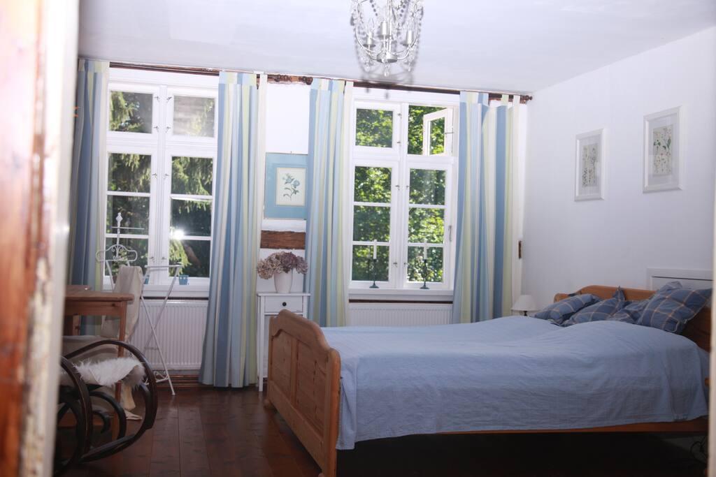 Das geräumige Schlafzimmer mit Schrank und Schreibtisch