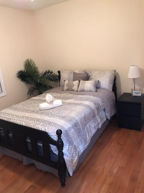 Cozy Full Size Bedroom w/ Free Parking & Fast Wifi