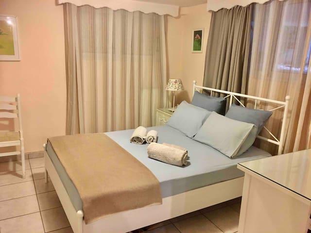 BEDROOM 2 GARDEN APARTMENT ( BED 140-200cm)