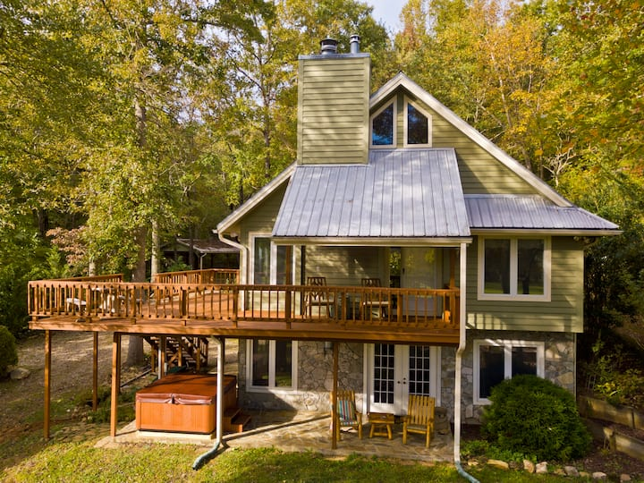 Beautiful 4 bedroom with sleeping loft. creek, hot tub, and more