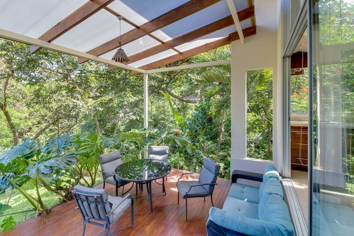 Studio apartment with private hot tub - beautiful setting, perfect climate