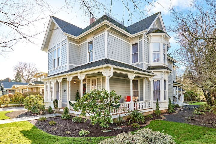 Historic Silverton Home Sleeps 10 (5 BR, 6 Bath)