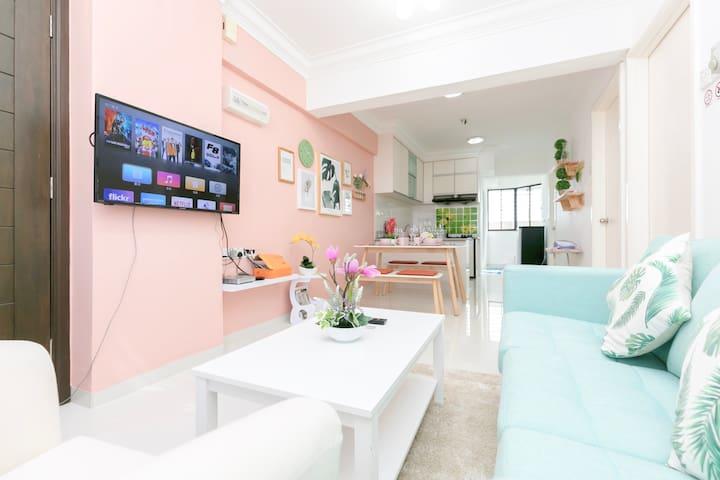 Bright, Funky, and Arty Interior @ 3房式城市景套房