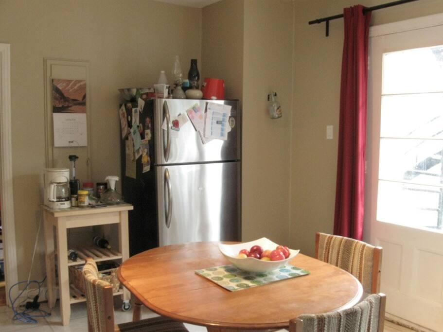 Kitchen, with door to backyard Cuisine, et la sortie à la arrière cour