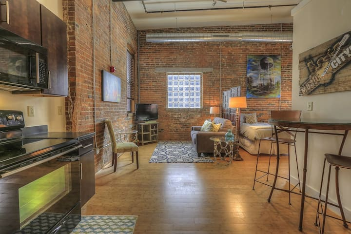 Downtown Nashville Airbnb! 50-70% off M-W! by MusicCityLoft Kenny