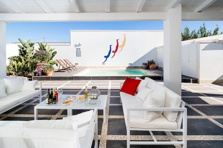 Romantic villa with private pool near the sea
