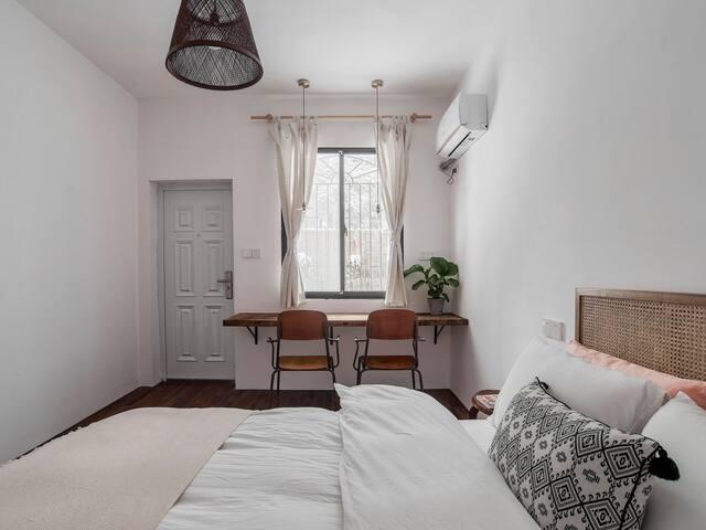 大卧室通往小院子呀~小院子全独立,私密性很好呢