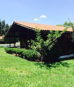 DELICIOSA CASA DE CAMPO COM PISCINA - SALTO - Blockhütte