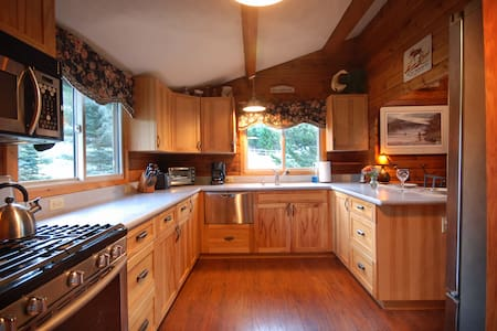 2 Bedroom Log Cabin near Rock Creek - Cottage