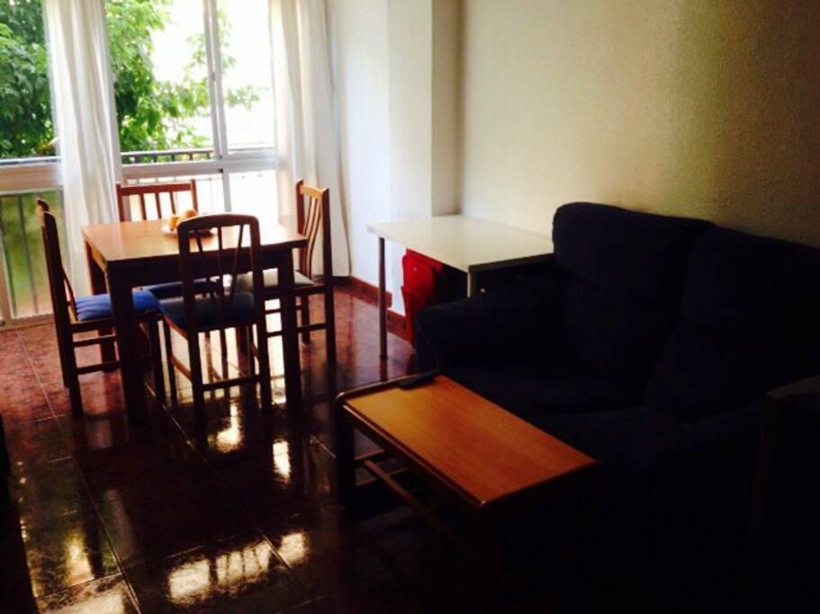 La mesa y los sofás del salón.