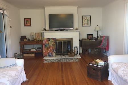 Spacious room in the heart of Bridgehampton - Bridgehampton