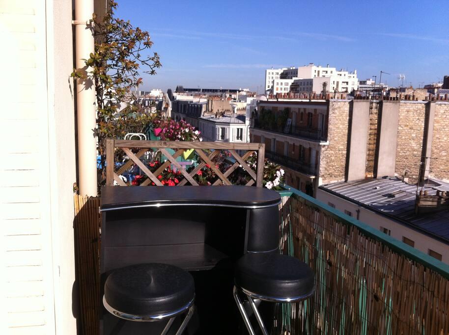 Le bar et ses deux chaises hautes du balcon.