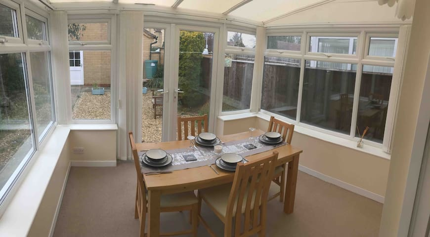 Cosy 1 bed house close to Market Deeping centre