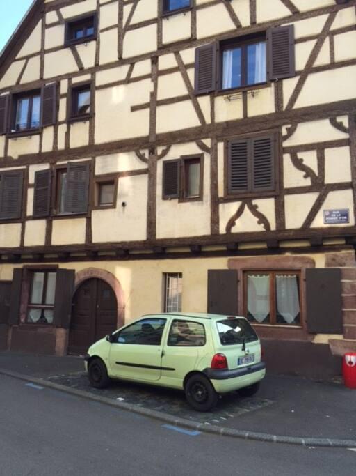 L'appartement est au rez-de chaussée et l'entrée est privative.