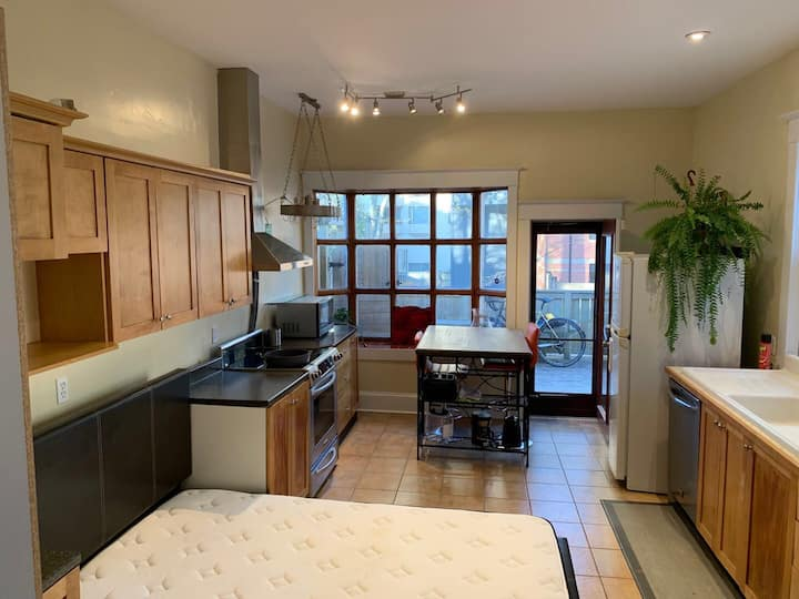 Studio in DT Halifax+full kitchen+parking+laundry