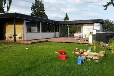 Børnevenlig villa tæt på midtbyen - Brabrand - 獨棟