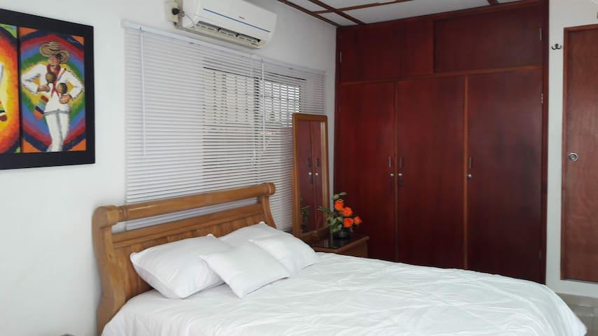 Habitación espaciosa y  cómoda, de fácil acceso.