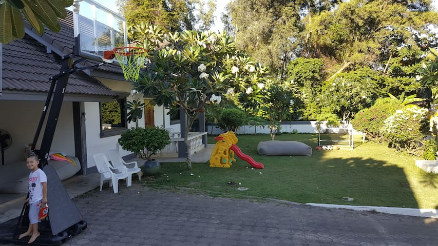 2 Bed/2 Bath House with Garden, access to Pool