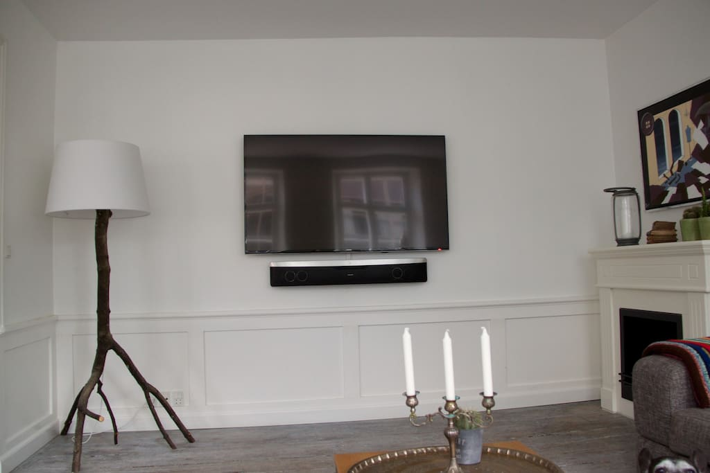 The TV and in the right corner the fireplace (ethanol).