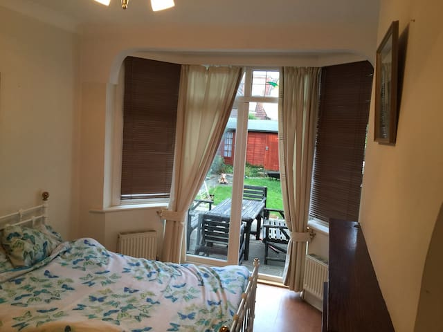 Double room french doors to garden - Romford - Hus