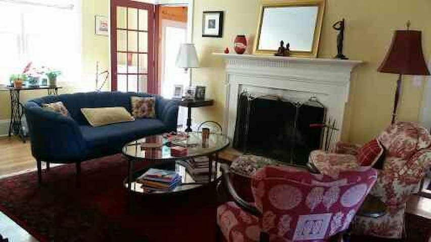lovely home  2.2 miles from Brown - Pawtucket - Casa