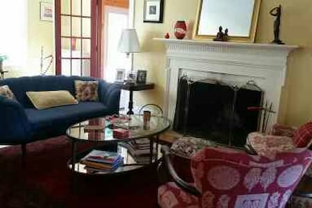 lovely home  2.2 miles from Brown - Pawtucket - House