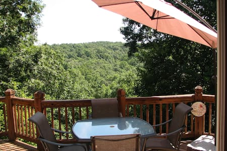 Private room in secluded house in the woods - Dahlonega