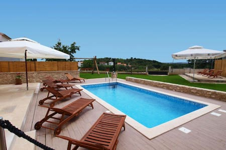 Luxury house with pool - Pula - Rumah