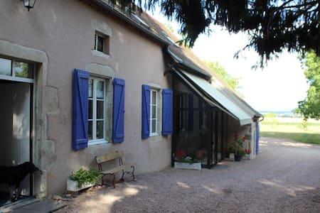 Chambre famille  en corps de ferme - Effiat - Rumah