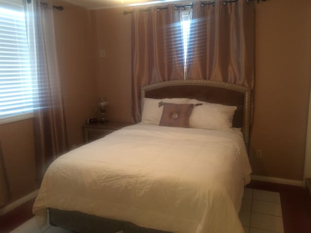 Best Room in the Valley!!!!! - Los Angeles - Huis