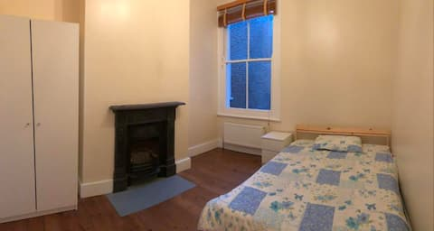 Large room in Clapham Old Town near transport