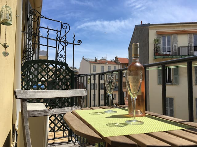Cosy studio A/C, Balcony, calm & close to old city