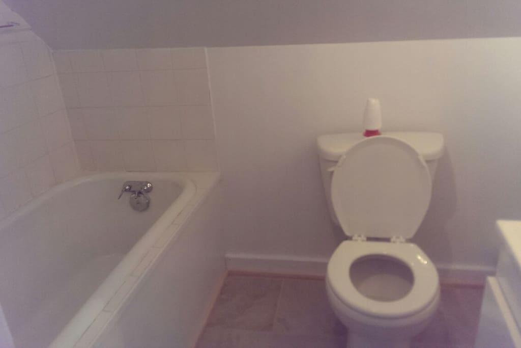 2ième salle de bain à l'étage avec un bain