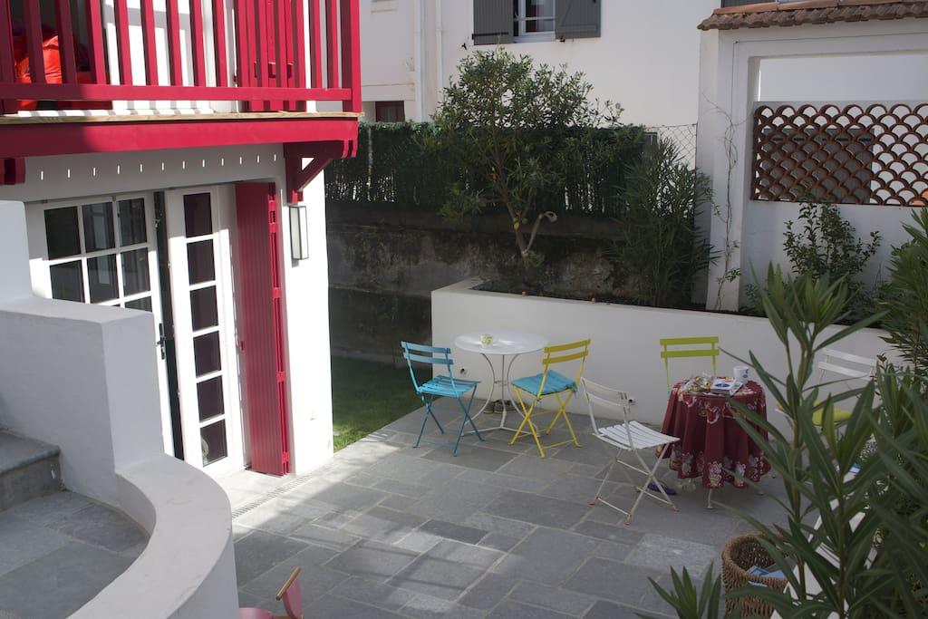Une terrasse de plein pied avec deux porte fenêtre donnants dans le salon