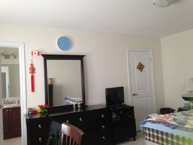 2 private bedrooms with bathroom - Ajax