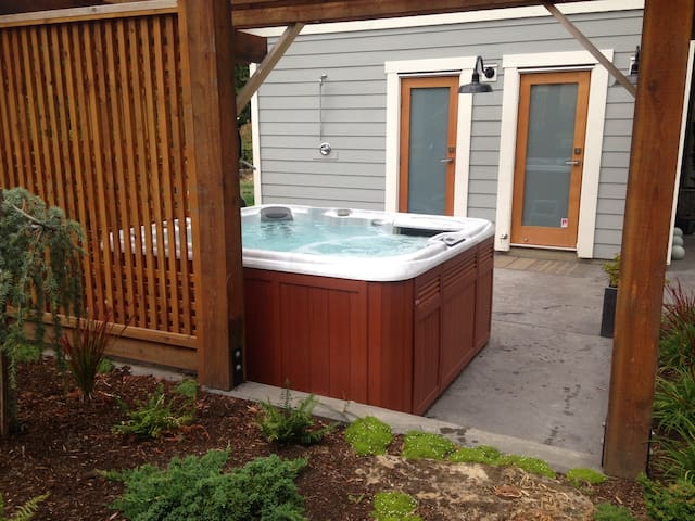 Serene West Coast Design -Hot Tub & Sauna