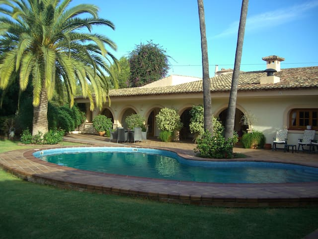 Lovely villa private pool/gardens