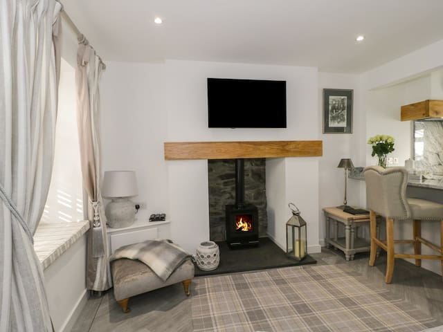 9 CHAPEL STREET, pet friendly, with open fire in Conwy, Ref 965189