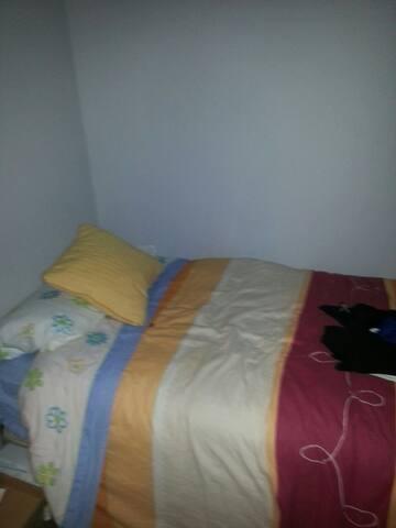 habitación y cama individual de 90cm