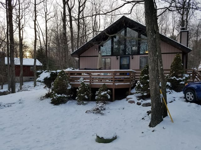 Cozy Chalet With Hot Tub Close To Everything!
