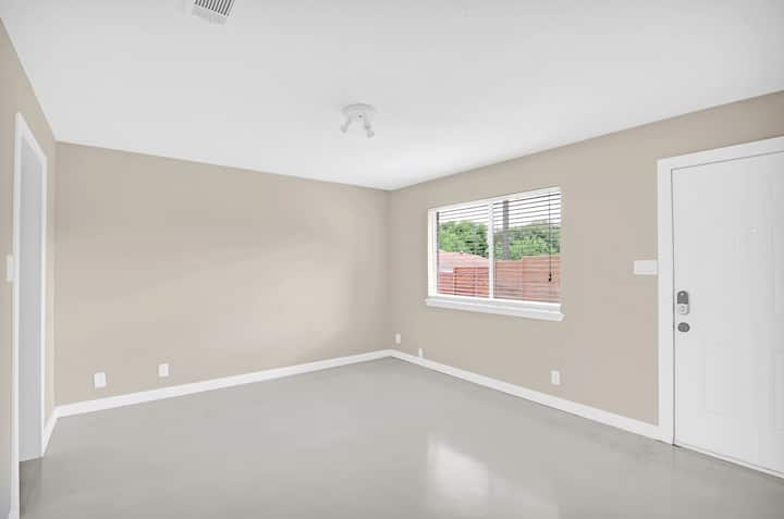 Unfurnished private apt in SoCo-great for WFH!