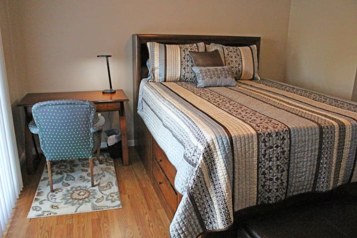 Room with private bath, parking, private entry. - Bakersfield - Maison