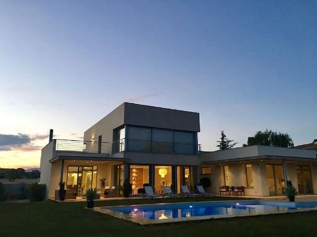 Villa De Lujo En Campo De Golf- A 8 km de la playa