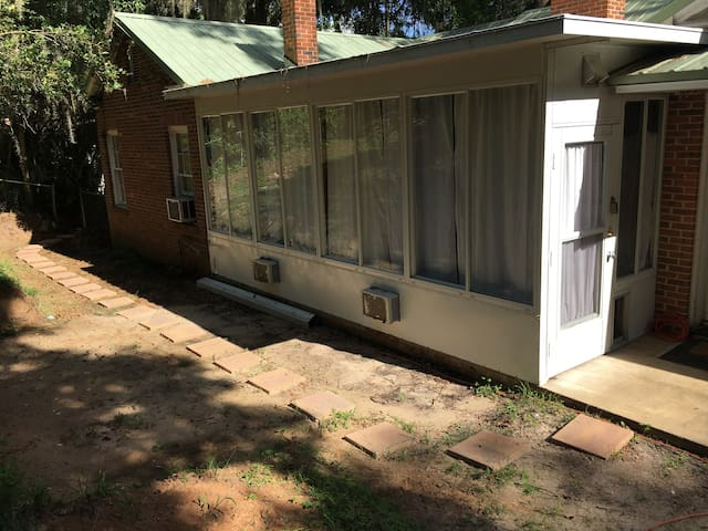 Lake Ella Back Porch Bungalow 1br1b/Eat-In Kitchen - Tallahassee - Casa