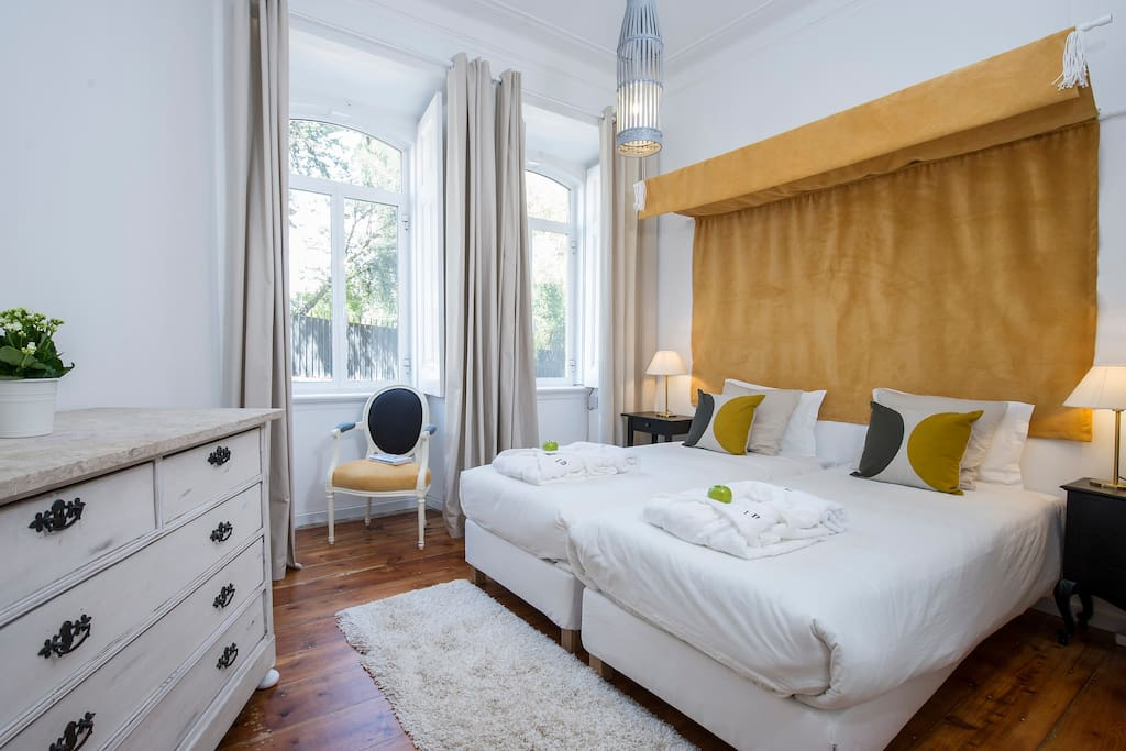 Twin bedroom with view to the Calçada da Estrela & Prime Minister´s Official Residence